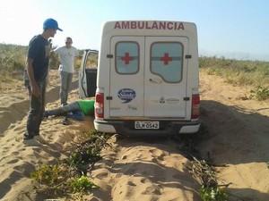 Ambulância atolou por causa das péssimas condições nas estradas, segundo moradores (Foto: Lázara Mara/VC no G1)