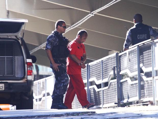 23/04/2013 - Jaílson Alves de Oliveira, primeira testemunha a ser ouvida nesta terça-feira (23), chega ao Fórum de Contagem (Foto: Maurício Vieira/G1)