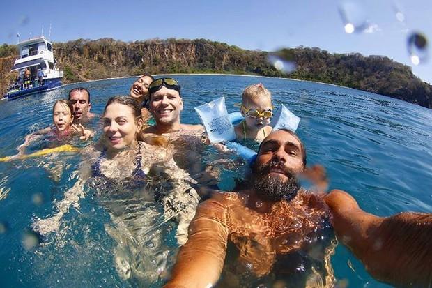 Sheila Mello com a família e amigos em Fernando de Noronha (Foto: Reprodução/Instagram)