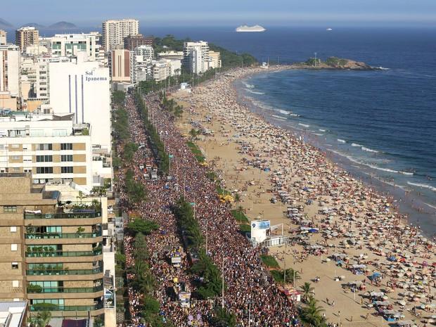 Vista aérea do bloco Simpatia é Quase Amor, que ocupou grande parte da Avenida Vieira Souto, em Ipanema, na tarde deste sábado (2) (Foto: Fernando Maia/Riotur)