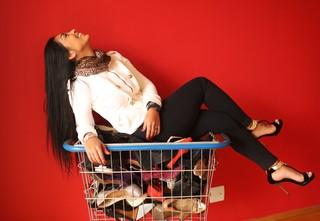 Apaixonada por sapatos, ax-BBB Amanda Djehdian mostra alguns dos modelos de sua coleção (Foto: Iwi Onodera / EGO)