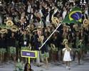Os rodopios de Yane e o sorrisão de Phelps marcam desfile das bandeiras