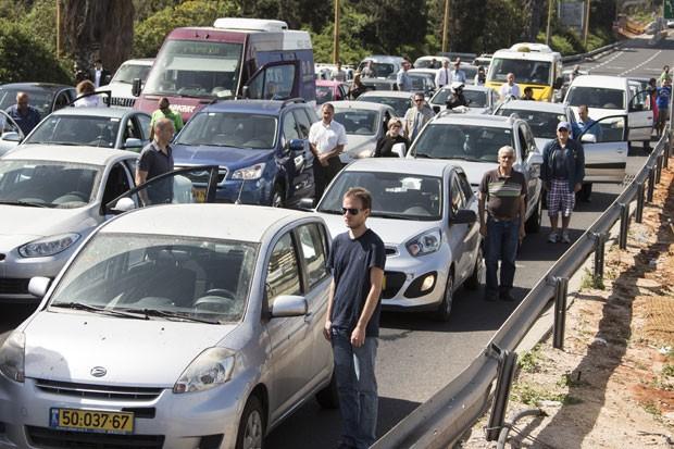 Israelenses param seus carros em Tel Aviv nesta segunda-feira (28) durante dois minutos para relembrar as vítimas do Holocausto (Foto: Jack Guez/AFP)