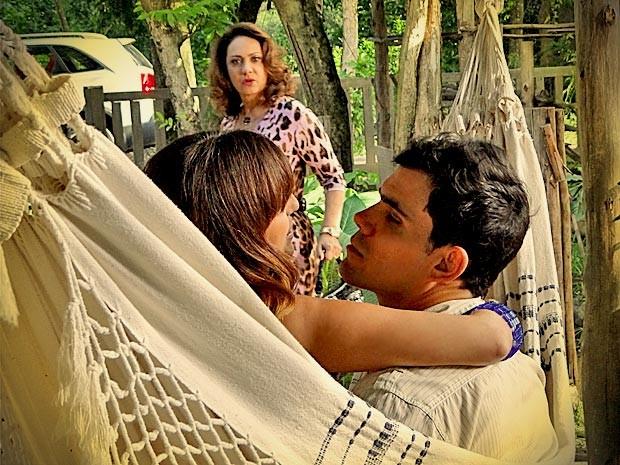 'Que absurdo! Você e essa jabiraca de quinta categoria?', diz Muricy ao flagrar Adauto e Beverly (Foto: Avenida Brasil/TV Globo)