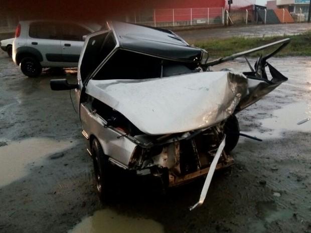 Segundo a PRE, motorista do carro com placas de Curitiba (PR) morreu no local do acidente; veículos bateram de frente (Foto: PRE / Divulgação)