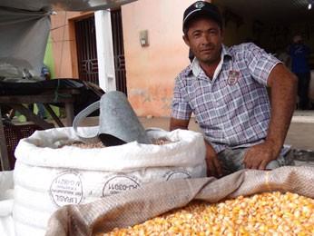 Josinal abandonou roça e vive revendendo produtos de outros lugares na feira. (Foto: Luna Markman/ G1)