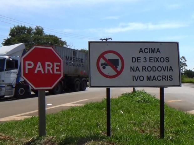 Caminhões circulam em estrada que liga Americana a Cosmópolis e Paulínia (Foto: Reprodução/EPTV)