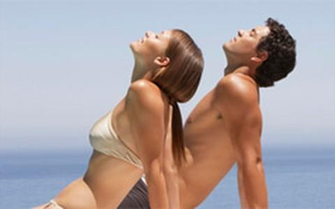 É possível ficar bronzeada sem fazer mal à pele? Dermatologista responde