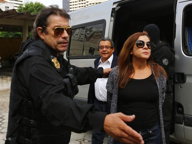 Mônica Moura também fez o exame de corpo de delito, que é praxe após a prisão (Foto: Giuliano Gomes/PR PRESS)