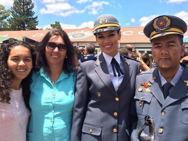Ao lado do pai, Helena celebra a alegria de se tornar policial militar (Foto: Arquivo pessoal)