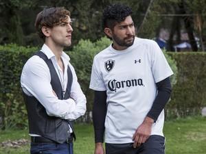 Luis Gerardo Méndez e Ianis Guerrero interpretam presidente e jogador de um clube de futebol em cena da série 'Club de cuervos', da Netflix (Foto: Divulgação)