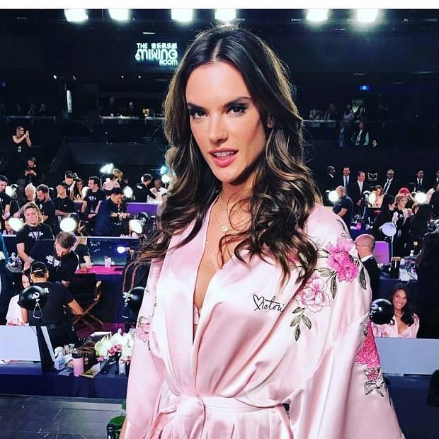 Alessandra Ambrósio nos bastidores de seu último desfile para a Victoria's Secret (Foto: Reprodução/ Instagram)