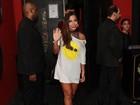 Só de camisetão, Anitta exibe as pernas em festa cheia de famosos