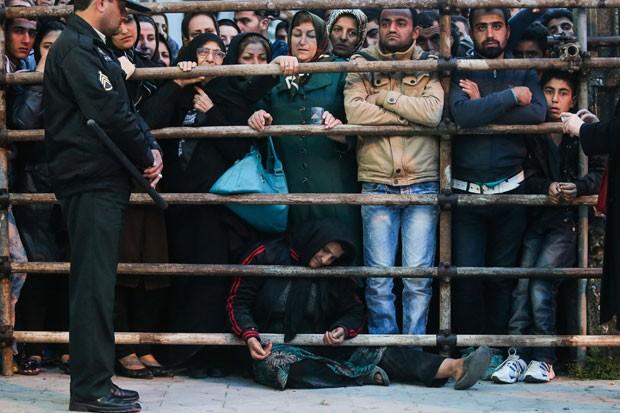 Público acompanha a execução, que aconteceu na última terça-feira (15) (Foto: Arash Khamooshi/Isna/AFP)