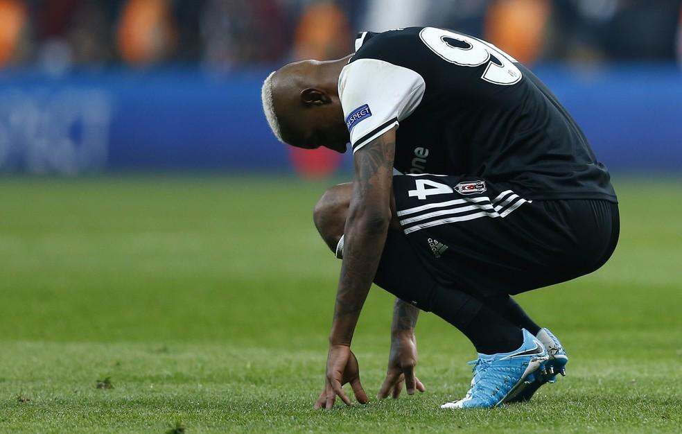 Talisca marcou duas vezes, mas o Besiktas foi eliminado nos pênaltis pelo Lyon (Foto: Reuters / Murad Sezer)