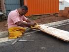 'Aprendizado', diz pedreiro que perdeu as pernas e trabalha para manter filhos