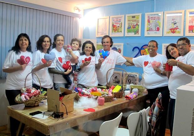 Alguns dos voluntários que participam da campanha 'Ação do Coração', em Santos, SP (Foto: Mariane Rossi/G1)