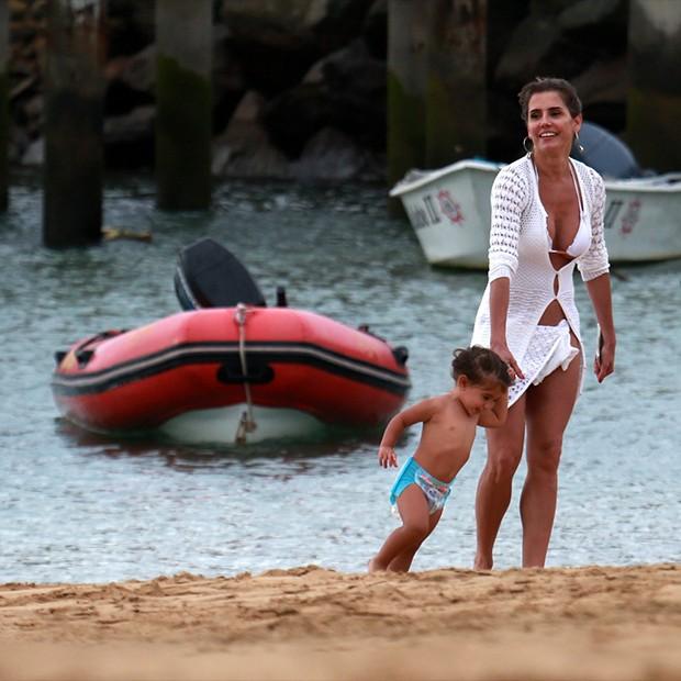 Deborah Secco na praia com o marido, Hugo moura, e a filha, Maria Flor, em Fernando de Noronha (Foto: AgNews)