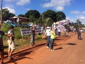Professores fizeram protesto em Sandovalina (Foto: Mariane Peres/G1)