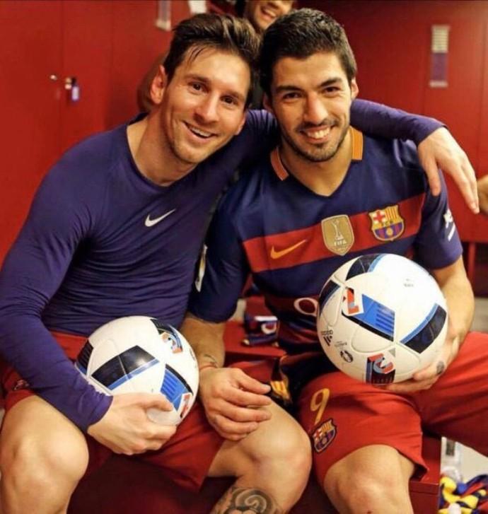 BLOG: Messi e Suárez tiram foto com as bolas do jogo após goleada sobre o Valencia