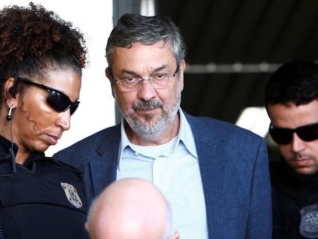 Antonio Palocci, ex-ministro da Fazenda do governo Lula, é escoltado por policiais federais enquanto deixa o Instituto de Ciência Forense em Curitiba (Foto: Rodolfo Buhrer/Reuters)