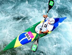 Ana Satila no treino de canoagem em Londres (Foto: AFP)