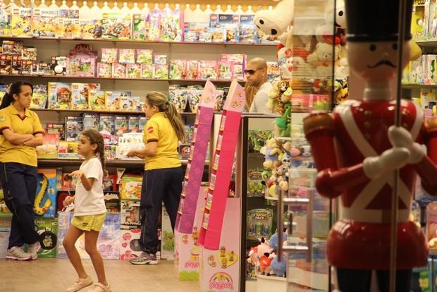 Adriano passeia com os filhos em shopping (Foto: Johnson Parraguez / FotoRioNews)