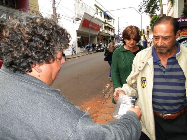 Voluntários distribuíram panfletos com informações sobre os direitos dos homossexuais (Foto: R. Valle/Diário da Serra)