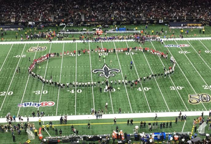 Jogadores do New Orleans Saints e do Atlanta Falcons se uniram e deram as mãos antes do jogo (Foto: Reprodução/Twitter)