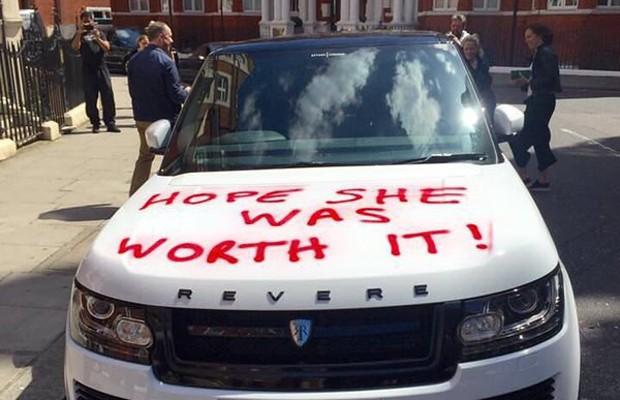 """Carro é pichado em Londres com a frase """"espero que ela tenha valido a pena"""" (Foto: Reprodução/Twitter)"""