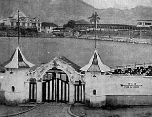 No fim dos anos 30, portão principal localizado na Rua Tiradentes era bem diferente Vila Belmiro (Foto: Centro de Memória e Estatística do Santos)