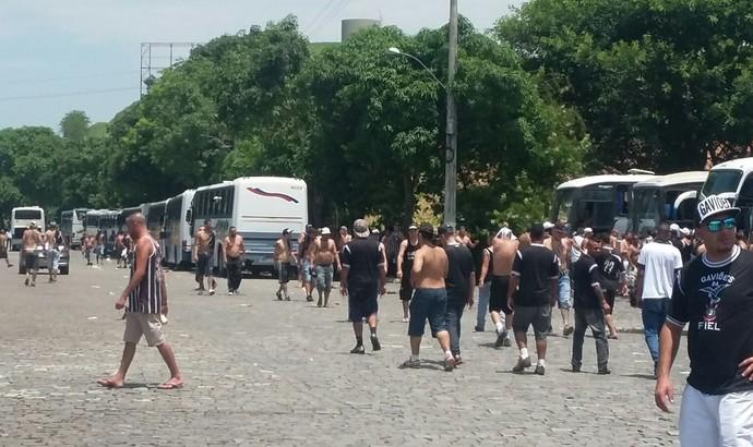 Corintianos aguardam escolta da Polícia até São Januário (Foto: Adison Ramos/TV Rio Sul)