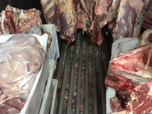 Carne também não tinha identificação de fabricação, segundo Vigilância Sanitária (Foto: Divulgação/Vigilância Sanitária de Ponta Grossa)