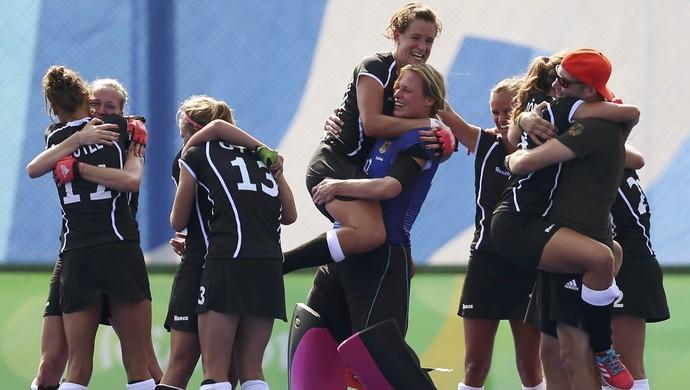 Jogadoras de hóquei da Alemanha festejam a conquista do bronze sobre a Nova Zelândia (Foto: Matthew Childs / Reuters)