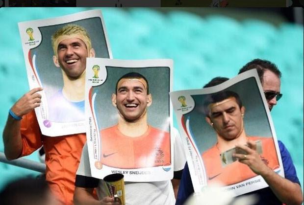 Holandeses se vestem de figurinha da Copa (Foto: Reprodução/Twitter)