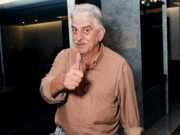 Hugo Carvana acena para foto durante o Festival de Cinema de Brasília, em 10 de julho de 1991. Diretor fez filmes como 'Vai trabalhar, vagabundo' e 'Bar Esperança' (Foto: Protásio Nene/Estadão Conteúdo)