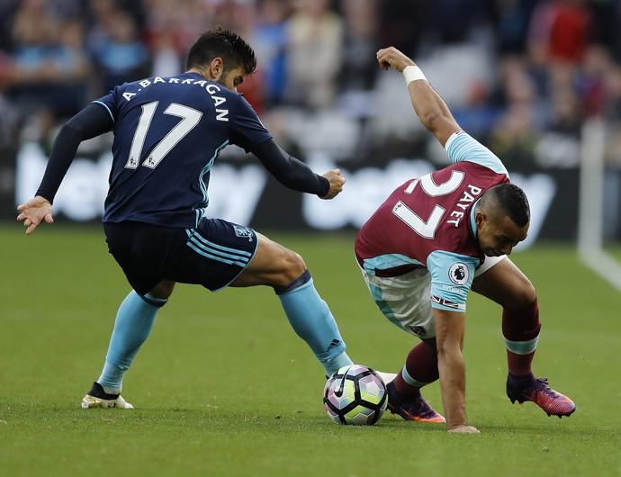 Payet gira na marcação de Barragan em West Ham x Middlesbrough (Foto: AP Photo/Frank Augstein)