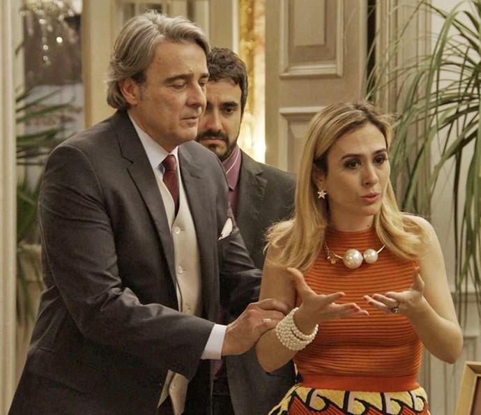 Fedora está inconsolável sem notícias da mãe (Foto: TV Globo)