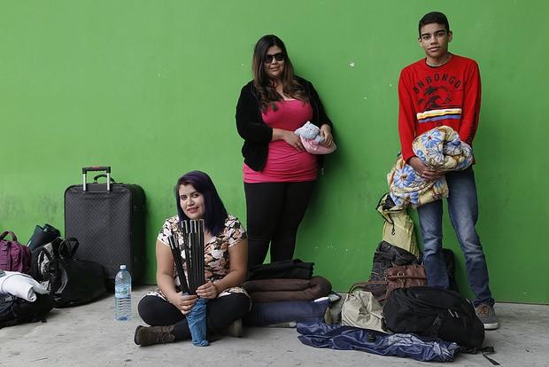 Fãs acampados para show de Katy Perry: Fernanda Leite, Gabriela de Oliveira e Matheus de Jesus (Foto: Alessandra Gerzoschkowitz)