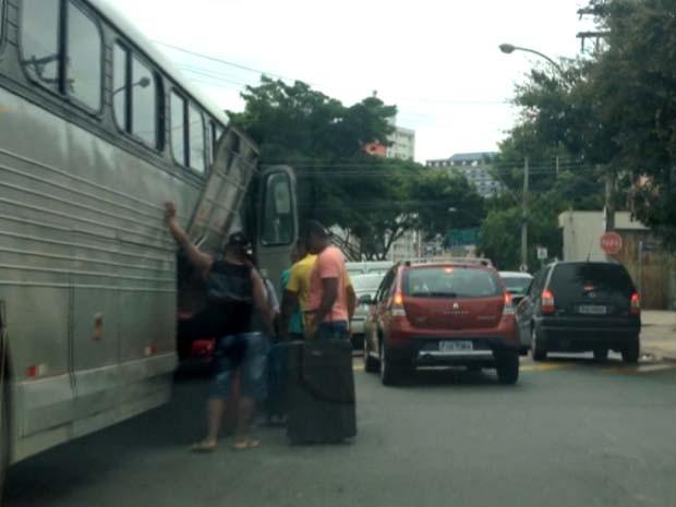 Passageiros embarcam em ônibus clandestino em Campinas (Foto: Reprodução / EPTV)