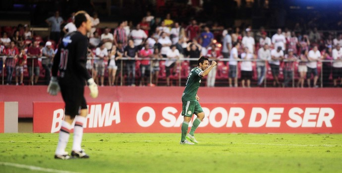 Rogério Ceni lamenta, e Robinho comemora (Foto: Marcos Ribolli)