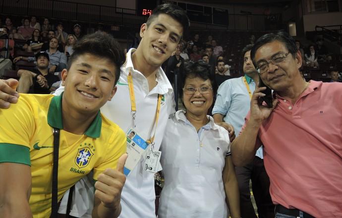 Família Chibana apoia Charles no dia dourado do brasileiro (Foto: GloboEsporte.com)