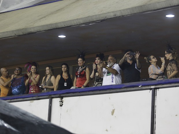 Alexandre Nero aproveita para fazer cliques do ensaio (Foto: Artur Meninea / Gshow)