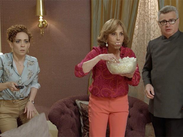 Maria José, Consuelo e Xavier ficam paralisados com depoimento de Rafael na TV (Foto: TV Globo)