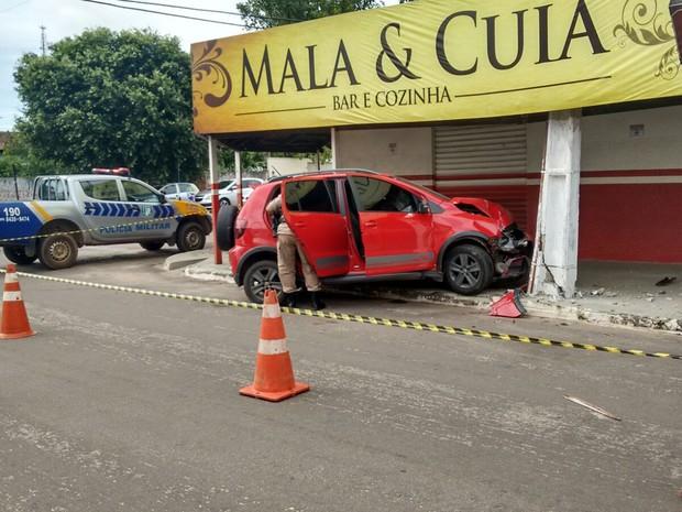 Homem tentou fugir com o carro, mas bateu no pilar de um prédio (Foto: Divulgação/PM)