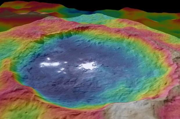 A cratera Occator: cores mostram as diferenças em elevações e também os misteriosos pontos brilhantes (Foto: NASA/JPL-Caltech/UCLA/MPS/DLR/IDA)