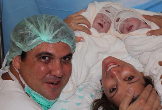 Ex-Paquita Roberta Cipriani na maternidade com filhos gêmeos e marido (Foto: Pablo Amora Assessoria de Imprensa)