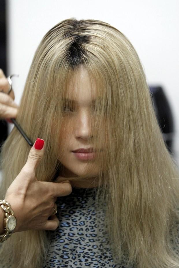 Prótese colada, é hora de aparar e dar um formato ao cabelo (Foto: Marcos Ferreira/ Ag. Brazil News)