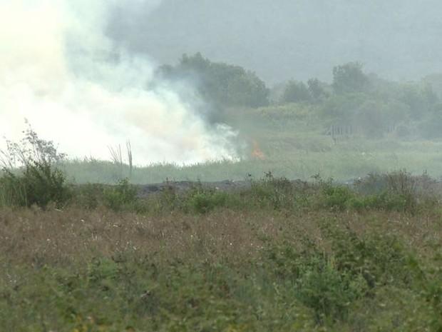 Fumaça aumentou na tarde deste sábado (18) (Foto: Reprodução/ TV Gazeta)