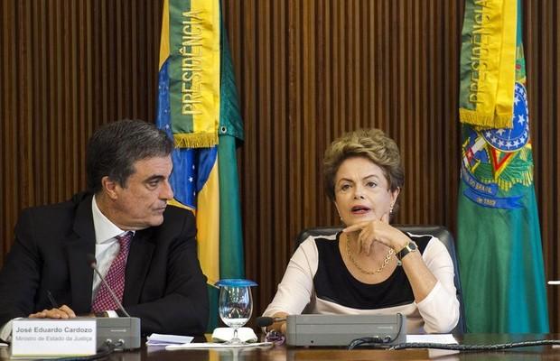 Dilma Rousseff e José Eduardo Cardozo (Foto: Marcelo Camargo/ Agência Brasil)
